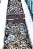 Σιδηροδρομικό βαγόνι εμπορευμάτων το χειμώνα που γεμίζουν με το απόρριμα μετάλλων Παλαιό σκουριασμένο διαβρωμένο μέταλλο, περίληψ Στοκ φωτογραφία με δικαίωμα ελεύθερης χρήσης