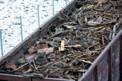 Σιδηροδρομικό βαγόνι εμπορευμάτων το χειμώνα που γεμίζουν με το απόρριμα μετάλλων Παλαιό σκουριασμένο διαβρωμένο μέταλλο, περίληψ Στοκ Εικόνα
