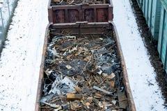 Σιδηροδρομικό βαγόνι εμπορευμάτων το χειμώνα που γεμίζουν με το απόρριμα μετάλλων Παλαιό σκουριασμένο διαβρωμένο μέταλλο, περίληψ Στοκ Φωτογραφία
