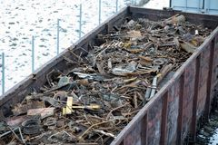 Σιδηροδρομικό βαγόνι εμπορευμάτων το χειμώνα που γεμίζουν με το απόρριμα μετάλλων Παλαιό σκουριασμένο διαβρωμένο μέταλλο, περίληψ Στοκ εικόνες με δικαίωμα ελεύθερης χρήσης