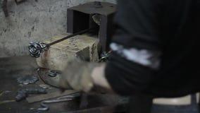 Σιδηρουργός για να προετοιμαστεί για την εργασία για το λουλούδι φιλμ μικρού μήκους