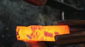 Σιδηρουργός στην εργασία, κόκκινο - ο καυτός χάλυβας, σφυρηλατεί απόθεμα βίντεο