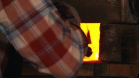 Σιδηρουργός στην εργασία, που παίρνει κόκκινη - καυτός χάλυβας από το φούρνο, τέχνη απόθεμα βίντεο