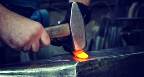 Σιδηρουργός στην εργασία στοκ φωτογραφίες