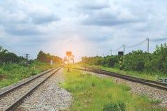 Σιδηρόδρομος ενάντια στον όμορφο ουρανό στο ηλιοβασίλεμα Βιομηχανικό τοπίο W Στοκ Εικόνες