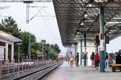 Σιδηρόδρομος και πλατφόρμα του σταθμού τρένου της Larissa στοκ εικόνα με δικαίωμα ελεύθερης χρήσης