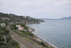 Σιδηρόδρομος κοντά στην ακτή Torre Colonna στοκ φωτογραφία με δικαίωμα ελεύθερης χρήσης