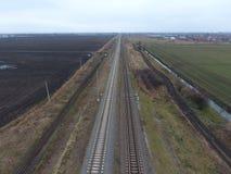 Σιδηρόδρομος πλοκών Τοπ άποψη σχετικά με τις ράγες Υψηλής τάσεως ηλεκτροφόρα καλώδια για τα ηλεκτρικά τραίνα Στοκ Εικόνες