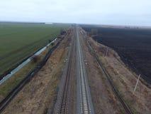 Σιδηρόδρομος πλοκών Τοπ άποψη σχετικά με τις ράγες Υψηλής τάσεως ηλεκτροφόρα καλώδια για τα ηλεκτρικά τραίνα Στοκ Εικόνα