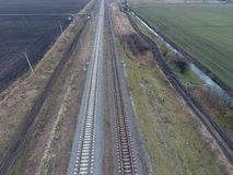 Σιδηρόδρομος πλοκών Τοπ άποψη σχετικά με τις ράγες Υψηλής τάσεως ηλεκτροφόρα καλώδια για τα ηλεκτρικά τραίνα Στοκ φωτογραφίες με δικαίωμα ελεύθερης χρήσης