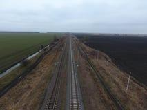 Σιδηρόδρομος πλοκών Τοπ άποψη σχετικά με τις ράγες Υψηλής τάσεως ηλεκτροφόρα καλώδια για τα ηλεκτρικά τραίνα Στοκ εικόνες με δικαίωμα ελεύθερης χρήσης