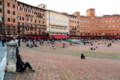 ΣΙΕΝΑ ΙΤΑΛΙΑ - 10 Μαΐου 2018: οι τουρίστες απολαμβάνουν την πλατεία del Campo Στοκ εικόνες με δικαίωμα ελεύθερης χρήσης