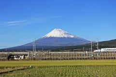 ΣΙΖΟΥΟΚΑ, ΙΑΠΩΝΙΑ € «5.2015 ΔΕΚΕΜΒΡΊΟΥ: Άποψη της ΑΜ Φούτζι και Tokaido Shinkansen, Σιζουόκα, Ιαπωνία Στοκ Φωτογραφίες