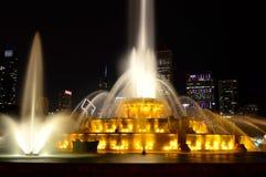 Σικάγο, Ιλλινόις - ΗΠΑ - 2 Ιουλίου 2016: Κίτρινα φω'τα πηγών Buckingham στοκ εικόνες