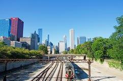 Σικάγο, Ιλλινόις: ο ορίζοντας που βλέπει από το σιδηρόδρομο ακολουθεί στις 22 Σεπτεμβρίου 2014 Στοκ Εικόνες