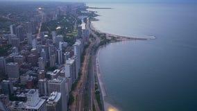 Σικάγο και λίμνη Μίτσιγκαν άνωθεν - καταπληκτική εναέρια άποψη το βράδυ απόθεμα βίντεο