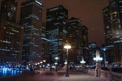 Σικάγο κεντρικός τη νύχτα το χειμώνα με το χιόνι Στοκ Φωτογραφίες