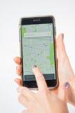 Σικάγο, IL, ΗΠΑ, FEB-12.2017, χέρια γυναικών που κρατά ένα smartphone με μια ανοικτή θέση χαρτών Uber στην οθόνη για την εκδοτική Στοκ Εικόνες