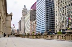 Σικάγο, IL - 5 Μαΐου 2011 - πεζούλι του ιδρύματος τέχνης Σικάγου με την άποψη του Μίτσιγκαν Ave στοκ φωτογραφία με δικαίωμα ελεύθερης χρήσης
