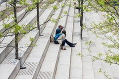 ΣΙΚΑΓΟ, ΙΛΛΙΝΟΙΣ - 19.2018 Μαΐου: Υπόλοιπα ανθρώπων στα βήματα το πάρκο του Σικάγου Στοκ φωτογραφία με δικαίωμα ελεύθερης χρήσης