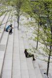 ΣΙΚΑΓΟ, ΙΛΛΙΝΟΙΣ - 19.2018 Μαΐου: Υπόλοιπα ανθρώπων στα βήματα το πάρκο του Σικάγου Στοκ φωτογραφίες με δικαίωμα ελεύθερης χρήσης