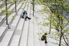 ΣΙΚΑΓΟ, ΙΛΛΙΝΟΙΣ - 19.2018 Μαΐου: Υπόλοιπα ανθρώπων στα βήματα το πάρκο του Σικάγου Στοκ Εικόνες