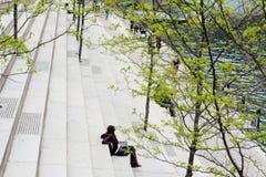 ΣΙΚΑΓΟ, ΙΛΛΙΝΟΙΣ - 19.2018 Μαΐου: Υπόλοιπα ανθρώπων στα βήματα το πάρκο του Σικάγου Στοκ Εικόνα