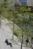 ΣΙΚΑΓΟ, ΙΛΛΙΝΟΙΣ - 19.2018 Μαΐου: Υπόλοιπα ανθρώπων στα βήματα το πάρκο του Σικάγου Στοκ Φωτογραφία