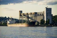 σιλό σκαφών φόρτωσης φορτί&omicr στοκ εικόνες