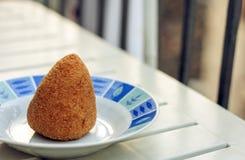 Σισιλιάνο πρόχειρο φαγητό, τηγανισμένη σφαίρα του arancino ρυζιού σε ένα πιάτο, tipical τρόφιμα οδών της Σικελίας στοκ φωτογραφία με δικαίωμα ελεύθερης χρήσης