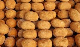 Σισιλιάνο Arancini, γεμισμένες σφαίρες ρυζιού που ντύνονται με crumbs ψωμιού και που τσιγαρίζονται έπειτα, σε ένα ράφι μιας τοπικ Στοκ εικόνα με δικαίωμα ελεύθερης χρήσης