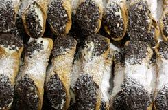 Σισιλιάνο cannoli με τα γλυκές τσιπ σοκολάτας κρέμας και την καρύδα Στοκ φωτογραφία με δικαίωμα ελεύθερης χρήσης