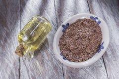 Σιτάρια και έλαιο λιναρόσπορου στοκ εικόνα με δικαίωμα ελεύθερης χρήσης