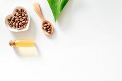 Σιτάρια και έλαιο καφέ στην ξύλινη τοπ άποψη επιτραπέζιου υποβάθρου copyspace Στοκ Εικόνα