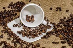 Σιτάρια καφέ που ανατρέπουν από ένα φλυτζάνι στοκ φωτογραφίες