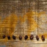 Σιτάρια καφέ σε έναν τραχύ παλαιό shabby πίνακα γεωμετρικός παλαιός τρύγος εγγράφου διακοσμήσεων ανασκόπησης Στοκ φωτογραφία με δικαίωμα ελεύθερης χρήσης
