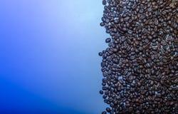 Σιτάρια καφέ σε ένα μπλε υπόβαθρο Στοκ Εικόνα