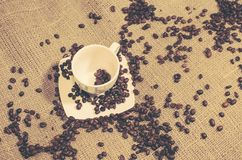 Σιτάρια καφέ σε ένα φλυτζάνι άνωθεν στοκ φωτογραφίες