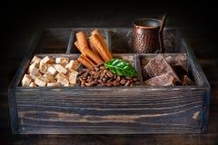 Σιτάρια, σοκολάτα, κανέλα και ζάχαρη καφέ στο παλαιό εκλεκτής ποιότητας κιβώτιο στοκ φωτογραφίες