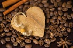 Σιτάρια της κινηματογράφησης σε πρώτο πλάνο καφέ και της διακοσμητικής ξύλινης καρδιάς Έννοια της αγάπης καφέ ή αγαπημένη Εικόνα  Στοκ Φωτογραφία
