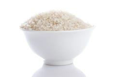 Σιτάρια του ρυζιού σε ένα κύπελλο που απομονώνεται Στοκ Φωτογραφία