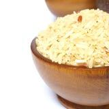 Σιτάρια του ρυζιού στο ξύλινο κύπελλο που απομονώνεται στο άσπρο υπόβαθρο Στοκ εικόνες με δικαίωμα ελεύθερης χρήσης