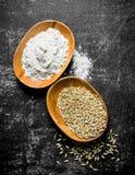 Σιτάρι και αλεύρι σίτου στα κύπελλα στοκ εικόνα