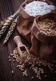Σιτάρι και αλεύρι σίτου στις τσάντες εγγράφου στοκ φωτογραφία