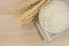 Σιτάρι ρυζιού στο κύπελλο στον πίνακα στοκ φωτογραφία με δικαίωμα ελεύθερης χρήσης