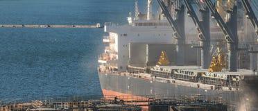 Σιτάρι φόρτωσης στο σκάφος στο λιμένα Πανοραμική άποψη του σκάφους στοκ εικόνες