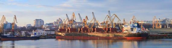 Σιτάρι φόρτωσης στο σκάφος στο λιμένα περιοχή Μόσχα μια πανοραμική όψη στοκ φωτογραφία με δικαίωμα ελεύθερης χρήσης