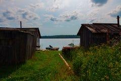 Σιταποθήκες και βάρκες στη λίμνη Στοκ φωτογραφία με δικαίωμα ελεύθερης χρήσης