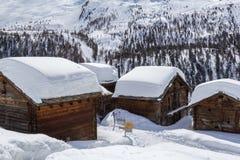Σιταποθήκες με τις βαθιές χιονισμένες στέγες Στοκ Εικόνα