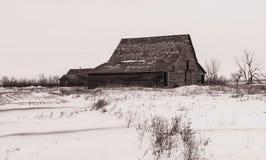 Σιταποθήκες στην αποσύνθεση στο τοπίο χειμερινών λιβαδιών Στοκ Φωτογραφίες